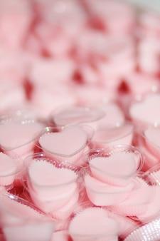 ハート型カップのココナッツゼリーから作られたおいしいタイの甘いデザート。