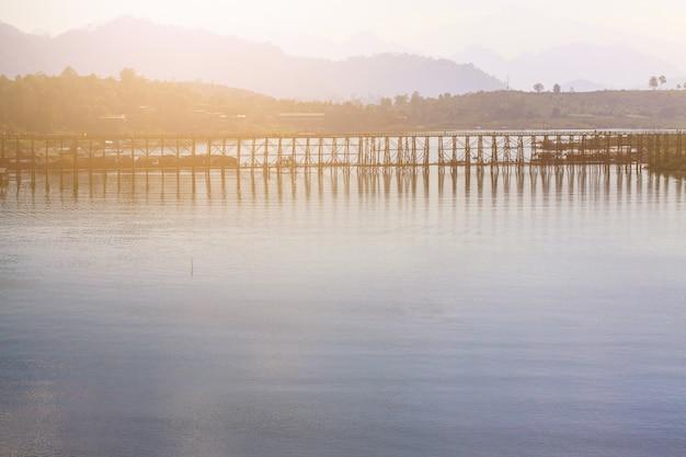 サンクラブリー、タイの青い空と月の木製の橋の美しい日の出