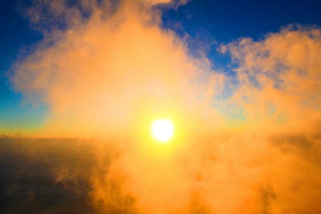 森林の光と朝の霧の日の出と山の黄金の光。タイのジャングルの丘を覆う霧