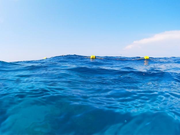 地平線の青い海と海。