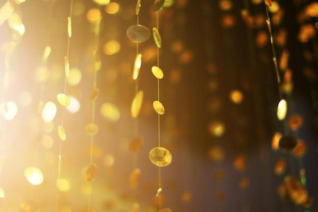 Гламур сверкающий и фиолетовый блеск боке золотистого металлического круга.
