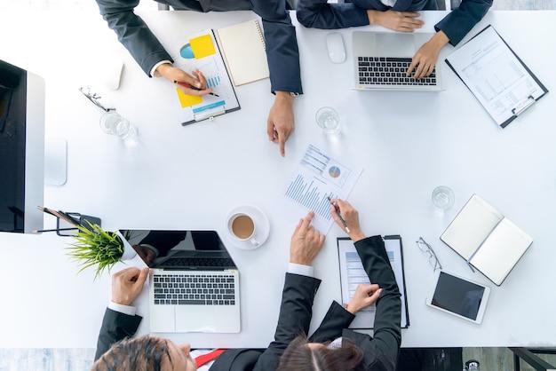 オフィスでのマーケティング計画に関する会議会議中のトップビューのビジネスチーム