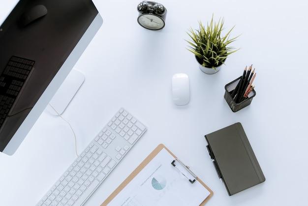 ホームオフィスのフラットレイ現代の白い机の作業テーブル