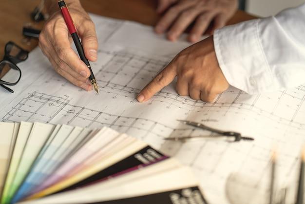 建築家とエンジニアのチームは、建物の建設の計画を議論するために会合しています