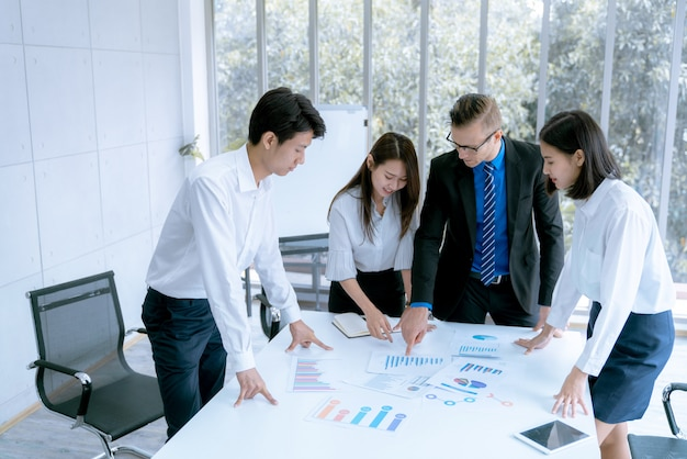 若いビジネスマンは、会議室のオフィスで顧客にマーケティング作業プロジェクトを提示されます