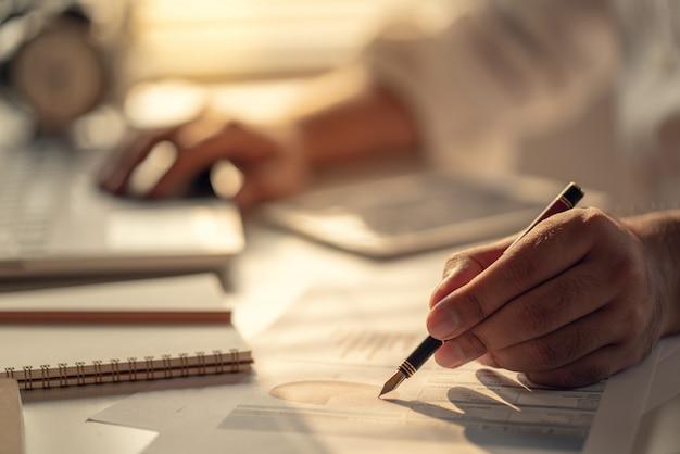 利息、税金、利益を計算するビジネスマン