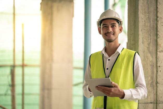 Инженер проверяет дефект на строительной площадке