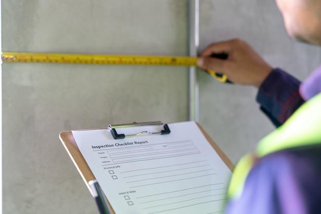 建設、プロジェクト完了前の技術者と建築家の仕事の家の建物に関する職長検査官の欠陥
