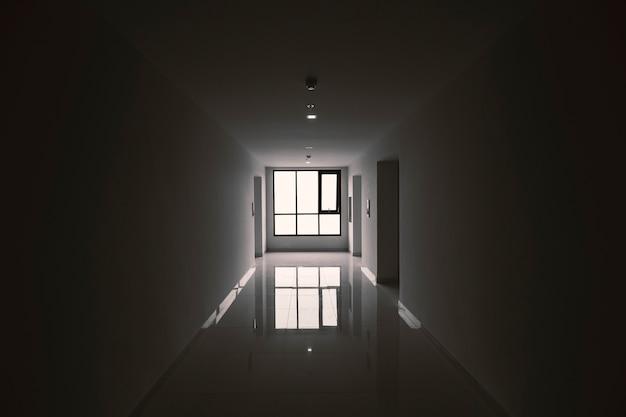 低光の廊下のフロントエレベーター。建物の恐怖を想像してみてください。