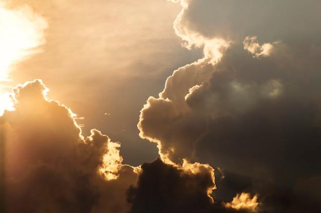 太陽からの光が雲をかき混ぜる