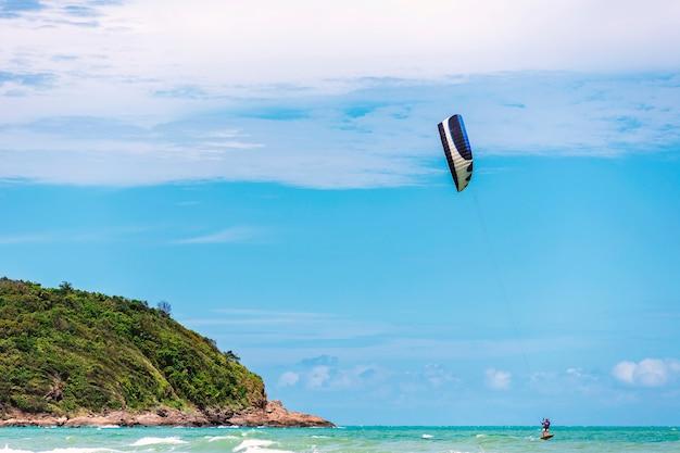 島でのカイトサーフィン。