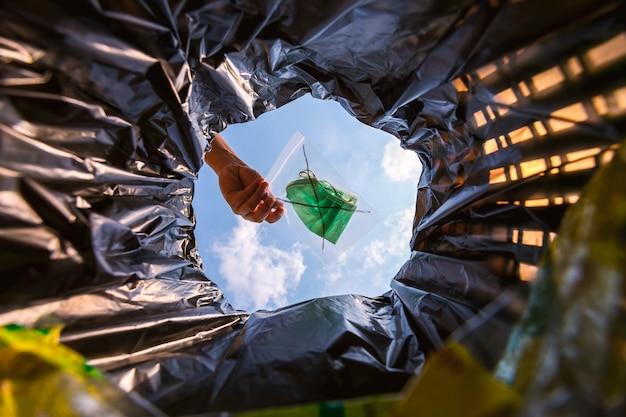Перед тем, как выбросить в мусорное ведро, используйте маску для лица в замке-молнии с червячным видом изнутри мусорное ведро.