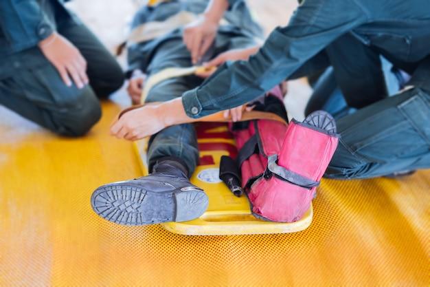 Перелом ноги на осколки на переносных носилках