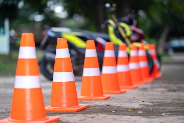 Концепция дорожного движения, знак движения конуса на дороге и размытый мотоцикл на обочине дороги