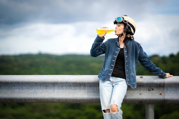 観光客の飲み物のミネラルウォーター、飲み物を持っているアジアの女性旅行者