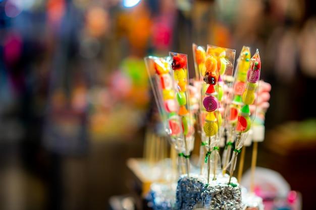 タイのナイトマーケットでの販売のための店で甘いお菓子