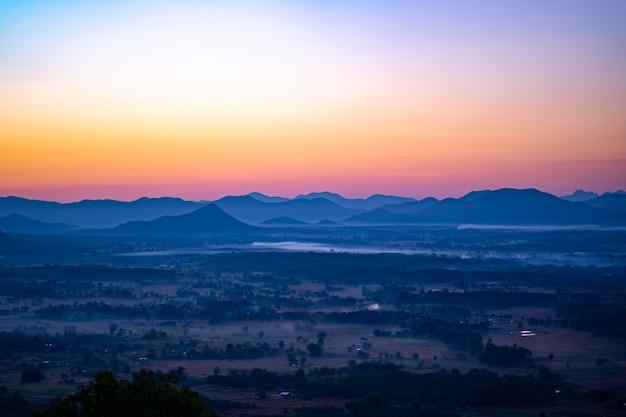 空の朝の丘