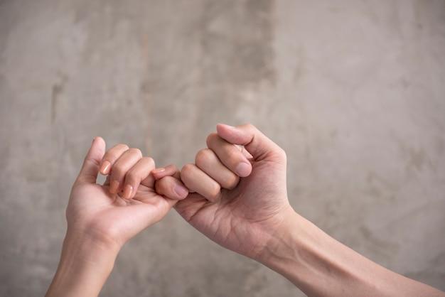 ピンクの誓いに手をつないで、ピンクの約束の手のサイン。