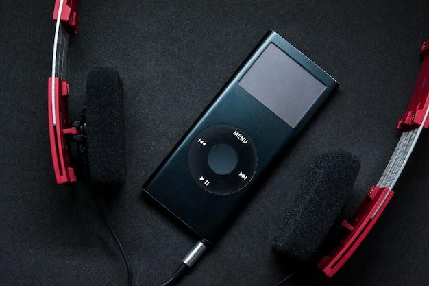 赤色のヘッドフォンでポータブル音楽プレーヤーのオーディオ