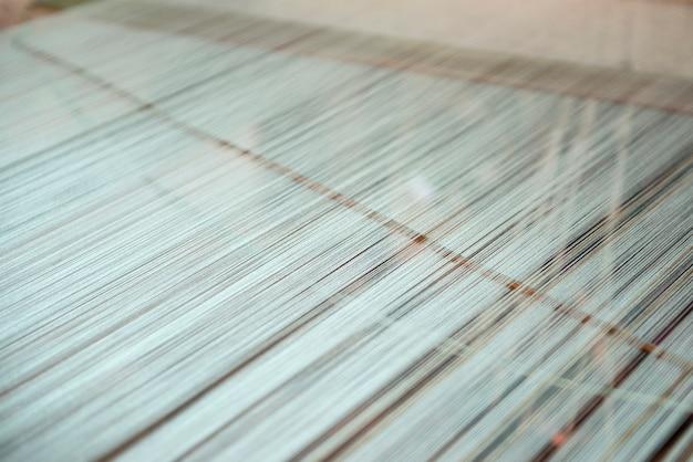 Крупным планом старинные тщательное шелковое ткачество
