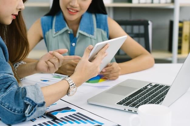 デジタルタブレットで金融の数字を分析し分析するビジネスマン