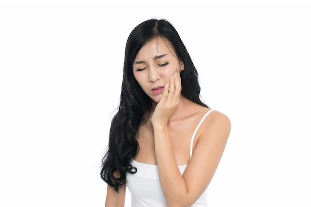 白い背景で分離された過敏な歯を持つ女性