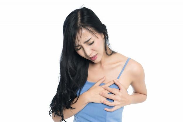 心臓部に痛みを持つ女性