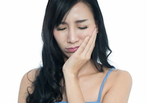 歯痛が白い背景で隔離の若い女性。