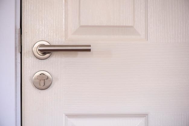 Закрыть вверх белая закрытая дверь на белом фоне