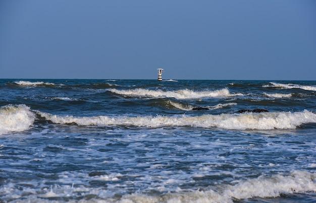 灯台タワーは澄んだ青い日に海の真ん中にあります。