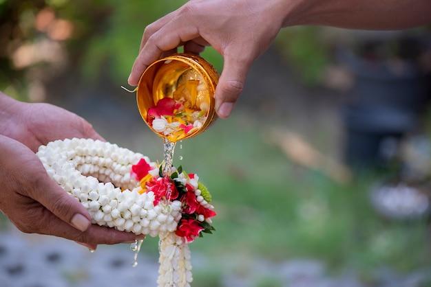 ソンクラン祭りとタイの新年シリーズは、タイの長老ジャスミンガーランドと先輩親族からの祝福を授けます