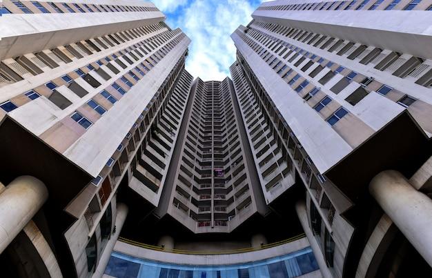 バンコク、タイ。高層ビルの低角度のビュー。視点を探しています。近代的な高層ビルの底面図