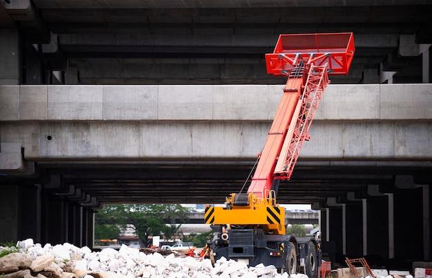 Авто кран работает на земле на строительной площадке