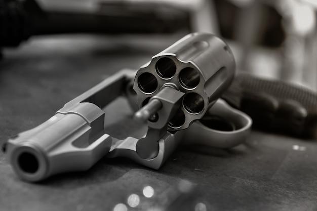 Калибр револьвер пистолет револьвер открытый готов к нанесению пуль монохромный тон цвета