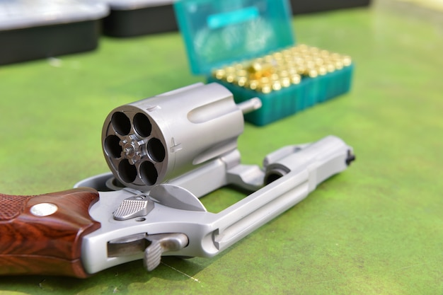 バックグラウンド射撃場の銃リボルバー弾丸