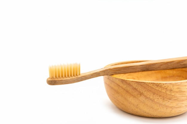白い背景の上の竹の歯ブラシ。