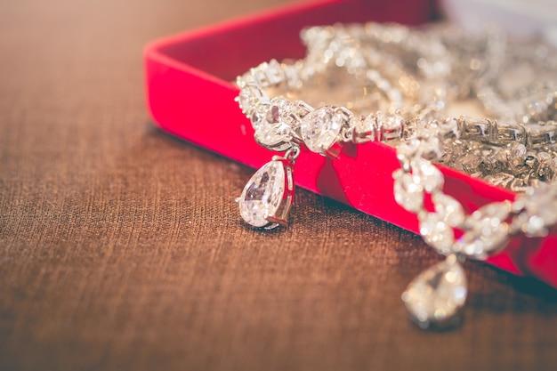 女性のためのハート型の銀とダイヤモンド製のペンダントジュエリー