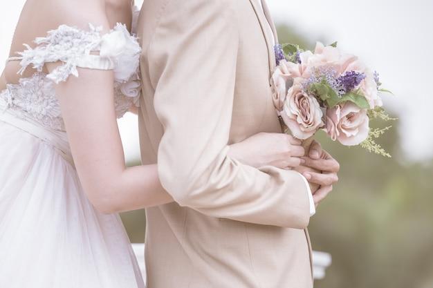 カップルは一緒に手を持って、カップルの結婚をイラストを使用して象徴する