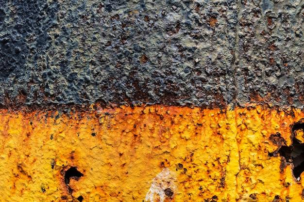 背景としての壁面の錆および古い塗料の亀裂