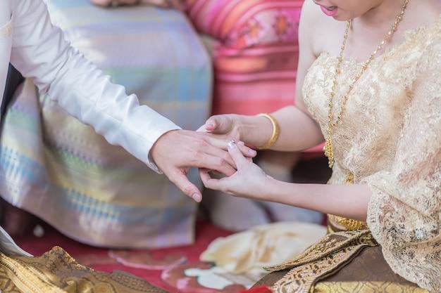 彼は結婚式の彼女に結婚指輪を置く