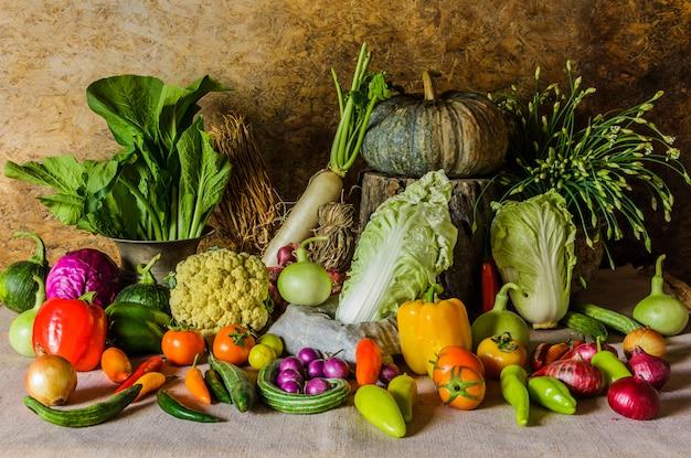 Натюрморт овощи, травы и фрукты.