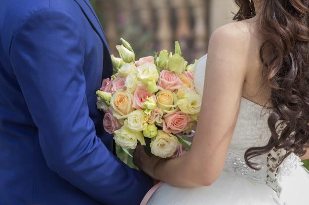 新郎と新婦一緒に。結婚式のカップル
