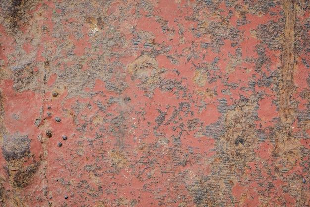 壁面のさびと古い塗装のひび割れ