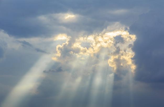 神の光の空と嵐の雲の背景