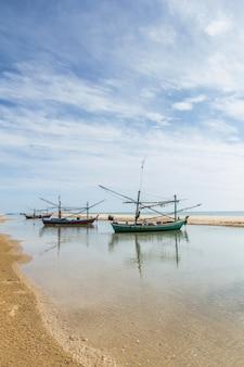 南の漁船と沿岸のビーチ