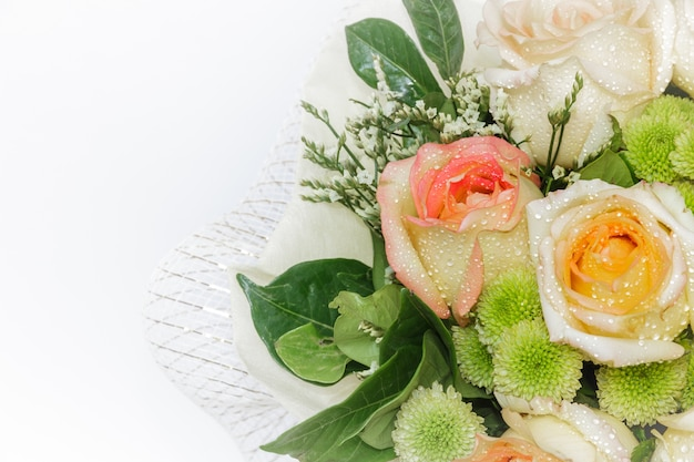 バラと美しい花束との静物。