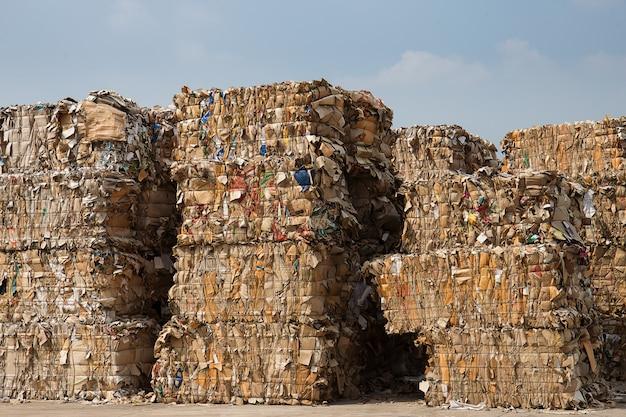 リサイクルプラントでのシュレッダー処理前の紙廃棄物のスタック