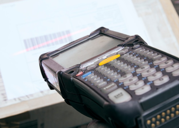 Бизнес-логистика и склад, закрыть сканер штрих-кодов со сканированием на упаковке.