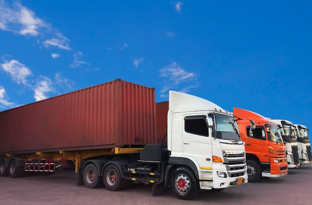 Перевозка контейнеровозов припаркованная с голубым небом.
