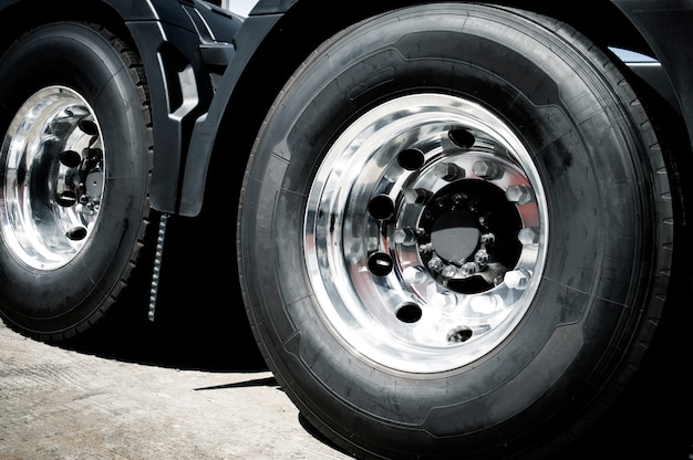 トラックと新しいトラックのタイヤのホイール。